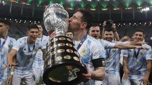 Messi, besando la Copa América.