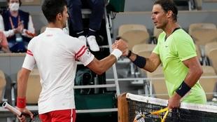 Nadal y Djokovic se saludan tras su encuentro en Roland Garros