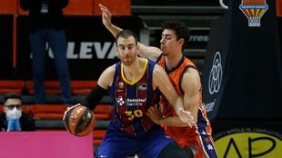 Víctor Claver, en un partido frente al Valencia Basket.
