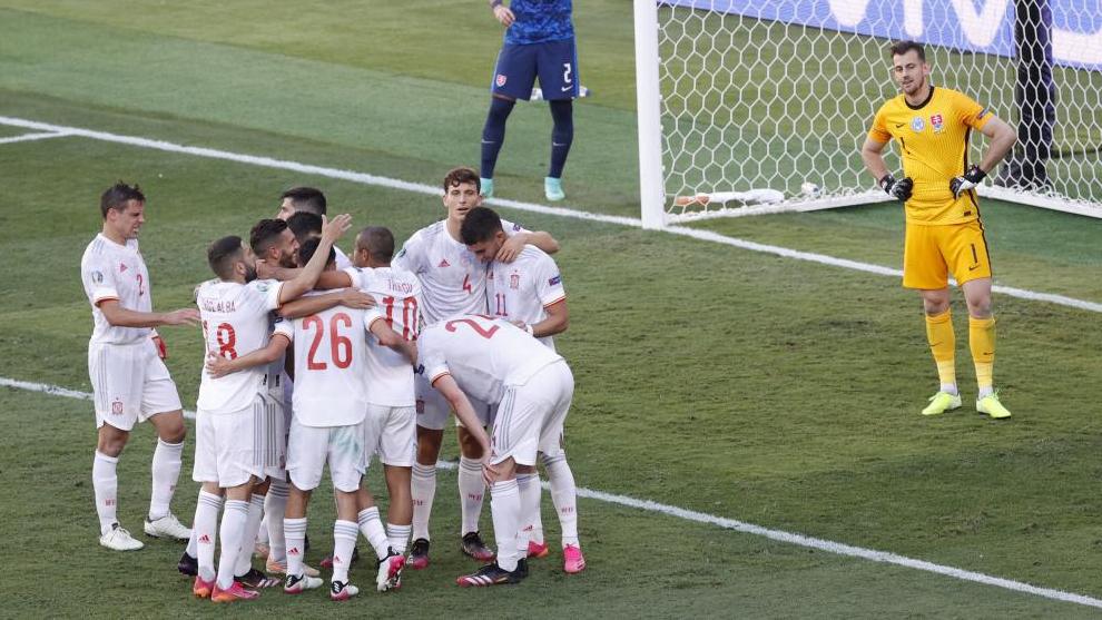 Los de Luis Enrique celebran uno de los goles a Eslovaquia.