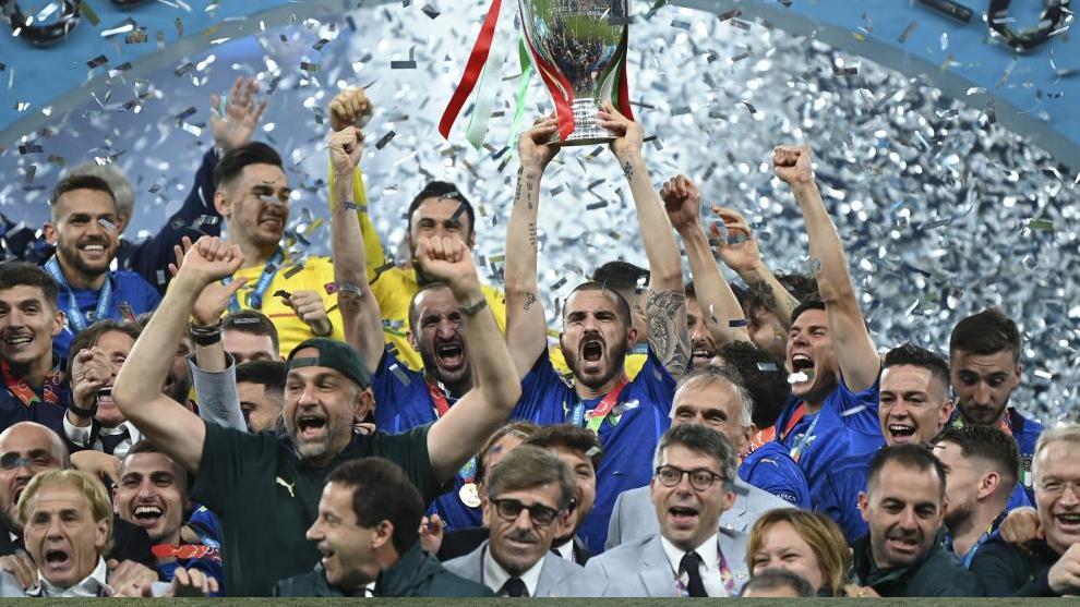 Bonucci levanta el trofeo de campeón de Europa de Naciones.