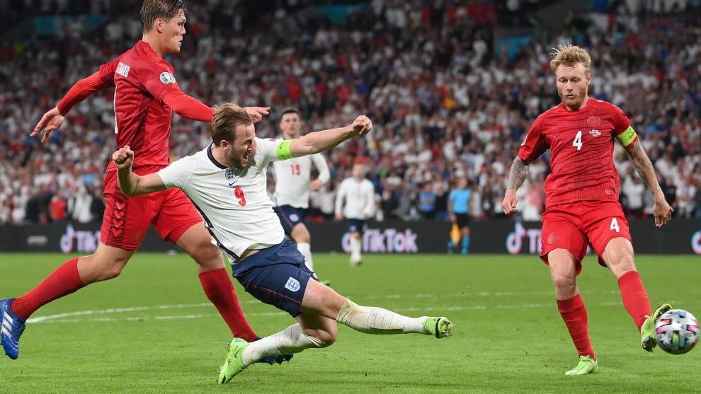 Harry Kane lanza a puerta ante Dinamarca.