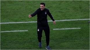 Scaloni gesticula durante un partido de Argentina.