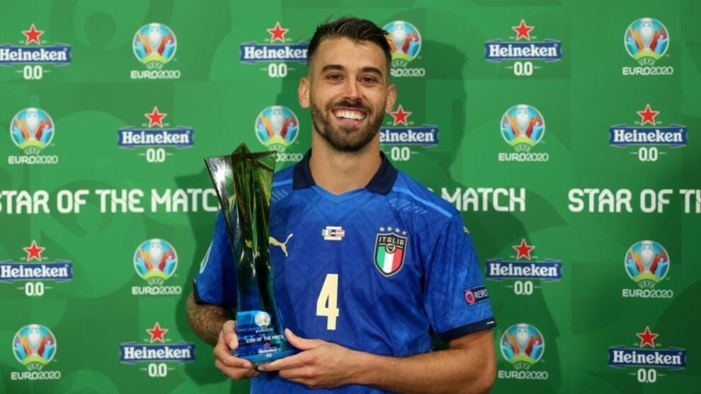 Spinazzola posando con su trofeo al MVP del partido de Italia frente a Turquía.