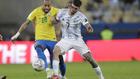 Rodrigo de Paul disputa un balón con Neymar durante la final de la...