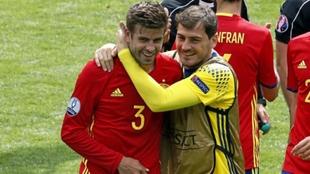Casillas y Piqué riendóse tras un partido de la Eurocopa 2016.