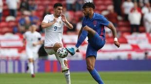 Tyrone Mings en un partido con la selección inglesa.