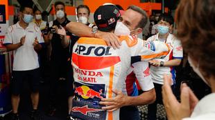 Marc Márquez abraza a Alberto Puig.