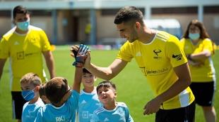 Ferran Torres, con un grupo de niños en su campus de fútbol en...