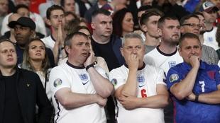 Los aficionados racistas serán expulsados de los estadios según...