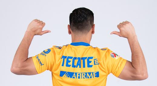 """Mauricio Culebro, presidente del equipo Tigres, señaló: """"Abrazamos esta acción de Tecate® para expresar nuestro compromiso permanente en torno al consumo inteligente y recordar que las bebidas con alcohol son exclusivas para mayores de 18 años""""."""