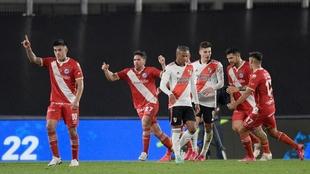 river plate empata con argentinos en la ida de los octavos de final de...
