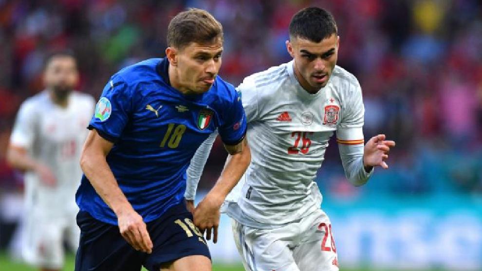 Barella pugna por un balón con Pedri en la semifinal de la Eurocopa.