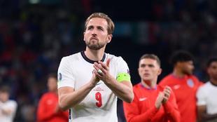 Harry Kane aplaude resignado tras perder la final de la Eurocopa ante...