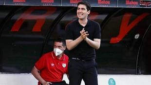 Andoni Iraola dirigiendo al Rayo Vallecano en un partido