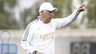 Ancelotti, dando instrucciones en un entrenamiento en Valdebebas.