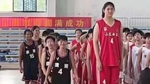 Zhang Ziyu, al frente de su equipo en la presentación del torneo.