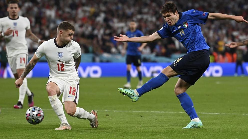 Trippier bloca con su cuerpo un disparo de Chiesa en la final del a Eurocopa