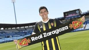 Fran Gámez posa en La Romareda con la camiseta del Real Zaragoza.