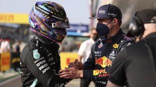 Verstappen felicita a Hamilton tras quitarle el mejor tiempo en la...
