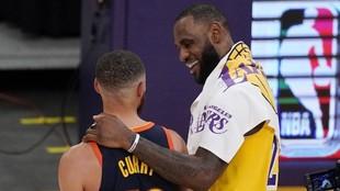 LeBron James y Stephen Curry hablan después de medirse en un partido...