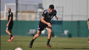Pablo Vázquez, con el balón, durante un entrenamiento con el...