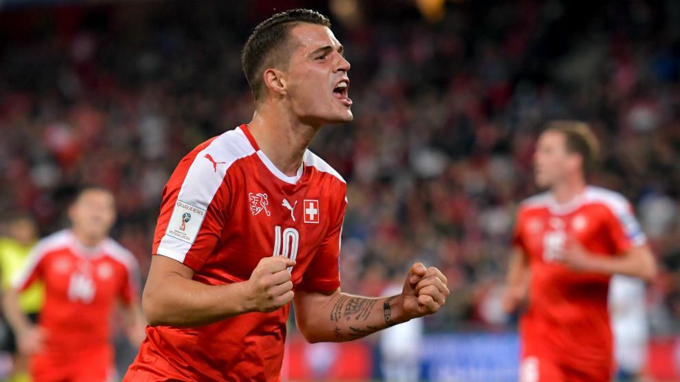 Xhaka celebrando un gol con Suiza en un partido de clasicación al Mundial de 2022.