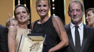 Julia Ducournau sostiene la Palma de Oro.