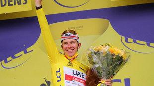Van Aert estropea el récord a Cavendish en pleno homenaje de Pogacar en París