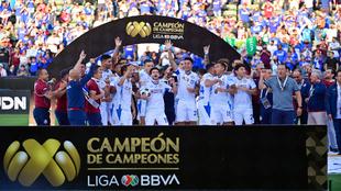 Cruz Azul vence al León con doblete del Cabecita Rodríguez.