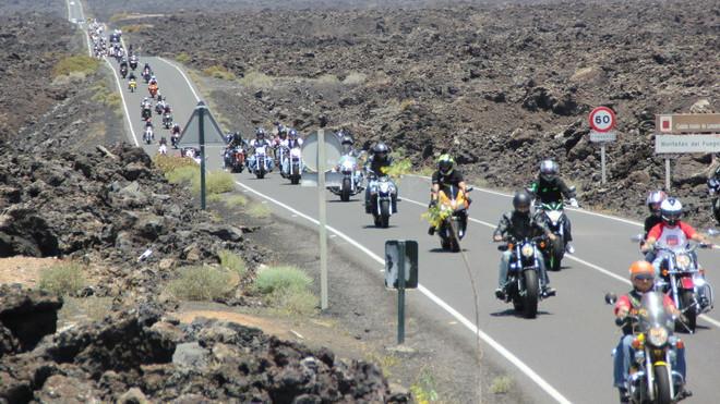 Decenas de motoristas circulan al tresbolillo por la isla de Lanzarote.
