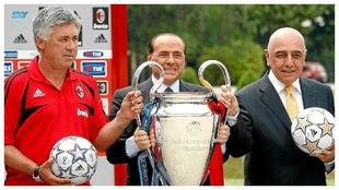 Berlusconi levanta la última Champions que ganó con el Milan junto a...
