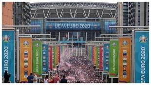 Vista de los exteriores de Wembley rodeados de aficionados.