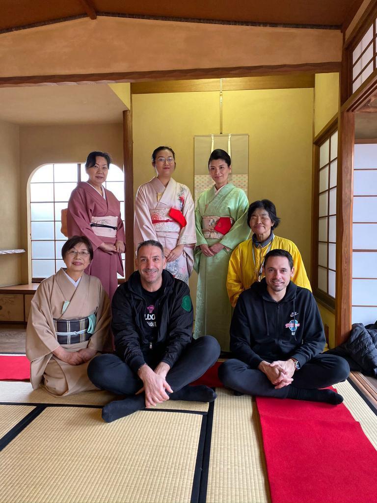 Luis Guil, abajo en el medio, junto a unas mujeres con kimono.