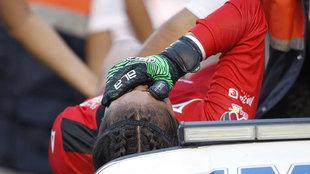 María Tarango llora de dolor, al salir lesionada en el juego ante...