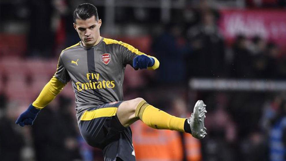 Xhaka calentando antes de un partido con el Arsenal.