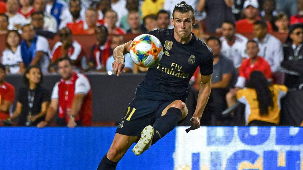 Bale centrando un balón en su última temporada en el Real Madrid.