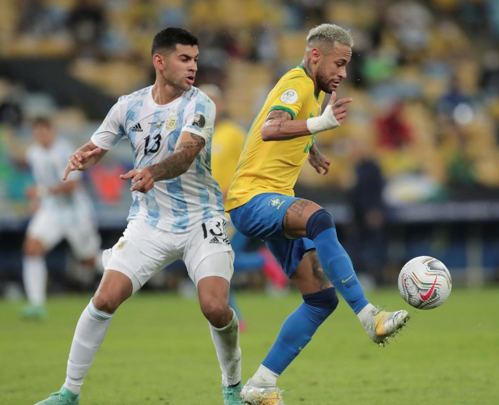 Cristian Romero junto a Neymar