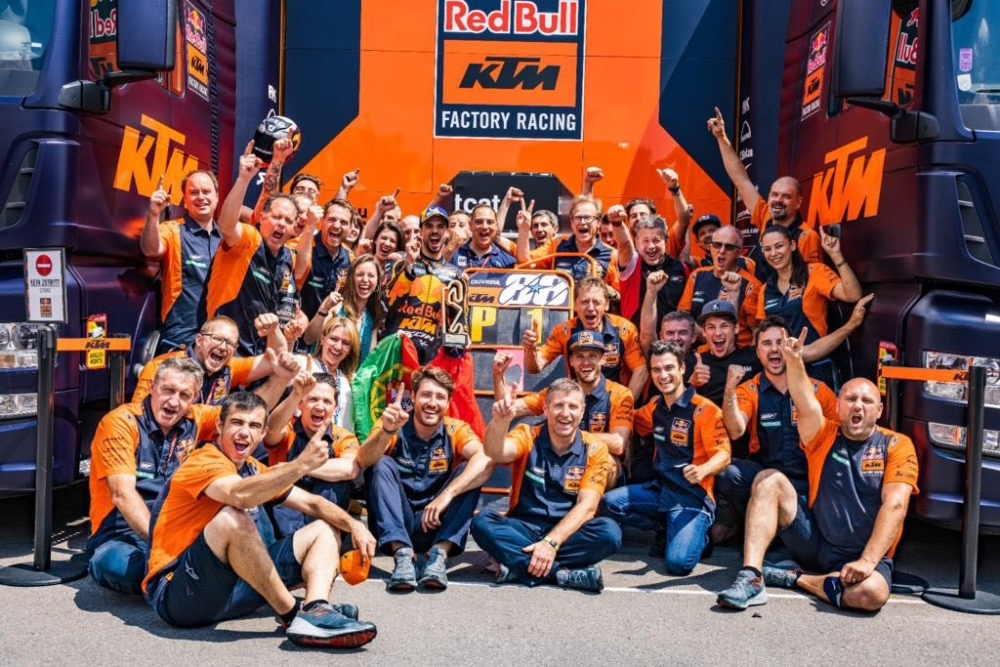 Pedrosa y el equipo celebrando la victoria de Oliveira en el GP de Cataluña