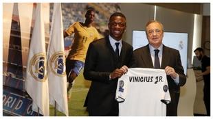 Vinicius, junto a Florentino el día de su presentación.