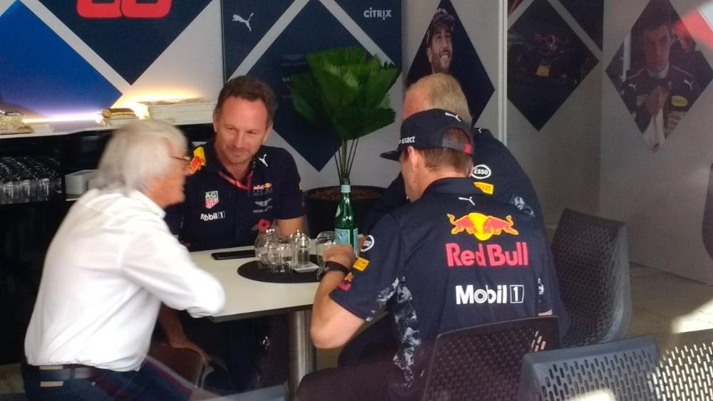 Eccleston reunido con  Red Bull en Brasil 2017