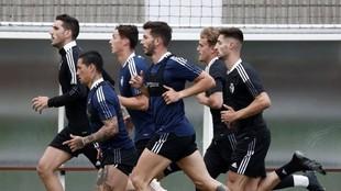 Los jugadores de Osasuna corren en un entrenamiento.