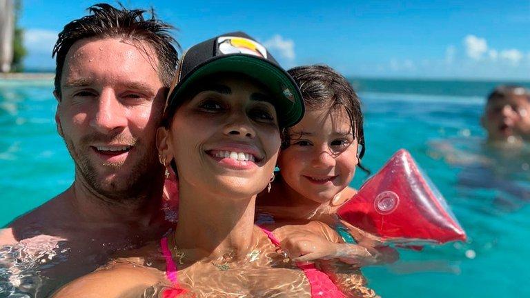 Leo Messi con su mujer Antonella y su hijo pequeño.