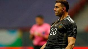 El argentino Martínez festeja uno de los penaltis que partó ante...