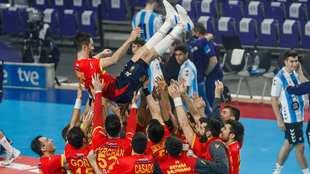 Raúl Entrerríos, manteado por sus compañeros cuando batió en marzo...