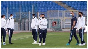 Los jugadores de la Lazio dialogan antes del inicio de un partido...