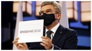 Thomas Bach descubre el cartel de Brisbane.