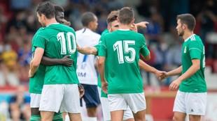Los jugadores del Oviedo se saludan al finalizar el encuentro.