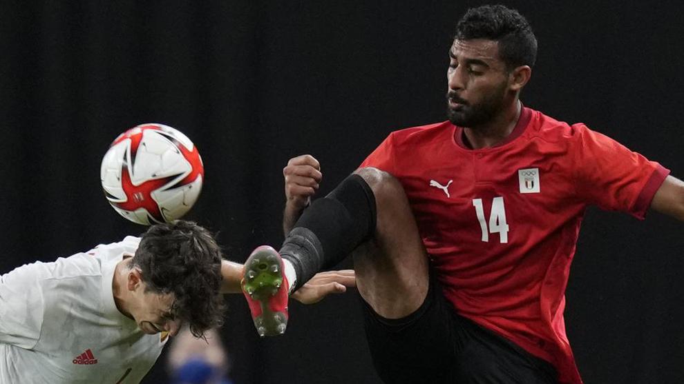 Pau Torres pelea por un balón.