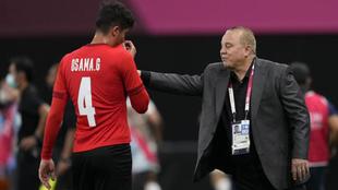 Gharib habla con Osama durante el partido contra España.
